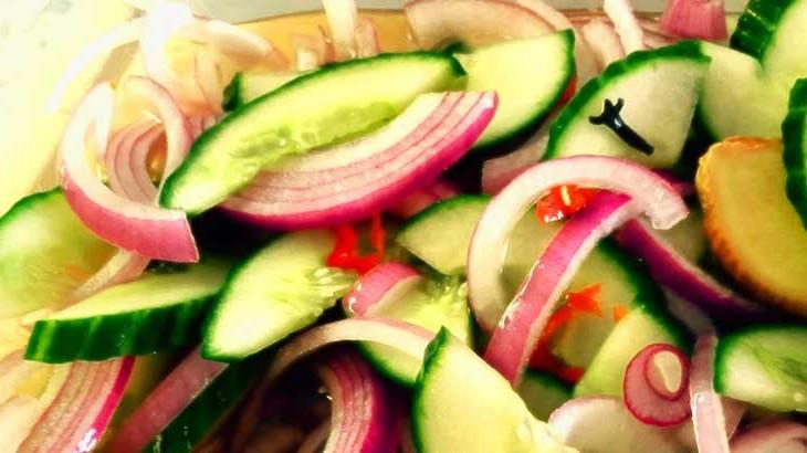 Surinaams zuur van komkommer en rode ui